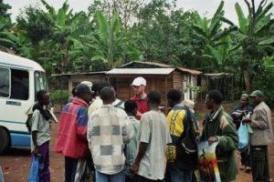 Engelfriet aan het werk aan de voet van de Kilimanjaro in Afrika